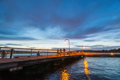 Scène van gangmanier op het meer wanneer zonsondergang in Gene Coulon Memorial Beach Park, Renton, Washington, de V.S. Royalty-vrije Stock Foto's