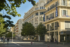 Scène van het dagelijkse leven in één van de mooiste en suggestieve straten van Nice in Frankrijk Stock Fotografie