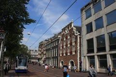 Scène van het kanaal Singel van Amsterdam met typische Nederlandse huizen en woonboten tijdens ochtend blauw uur, Holland, Nederl Stock Fotografie