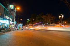 Scène vibrante de rue de ville la nuit Photographie stock libre de droits
