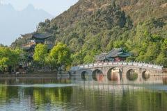 Scène-zwarte Dragon Pool Park van de Lijiang de oude stad Royalty-vrije Stock Afbeeldingen