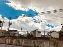 Scènes d'un train fonctionnant sur une rue dans un voisinage japonais photos libres de droits