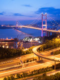 Scènes de nuit de passerelle de Tsing mA à Hong Kong photographie stock libre de droits