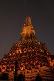 Scènes de nuit de Wat Arun sur la lumière orange Image stock