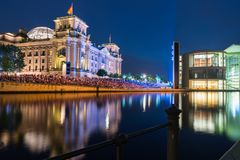 Scènes de nuit et vie de nuit le long de fête de rivière Photographie stock