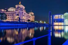 Scènes de nuit et vie de nuit le long de fête de rivière Photographie stock libre de droits