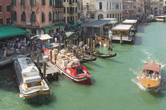 Scènes de vie quotidienne au canal grand à Venise Image stock