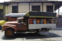 Scènes van het dagelijkse leven in Cuba, middelen van trasport, bussen royalty-vrije stock afbeeldingen