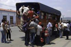 Scènes van het dagelijkse leven in Cuba, middelen van trasport, bussen stock foto