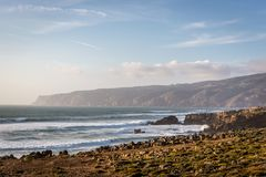 Scénario étonnant de paysage à la plage de Guincho dans Cascais, Portugal Couleurs de coucher du soleil, montagnes, grandes vague image libre de droits