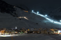 Scénario de nuit de village de ski Image stock