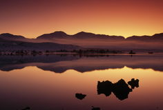 Scénique crépusculaire au lac mono, la Californie, Etats-Unis photographie stock