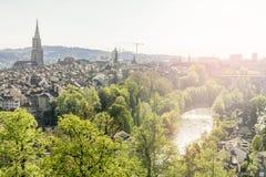 Scénique de la ville de Berne, la capitale de la Suisse La rivière d'Aare entre dans une boucle large autour de la vieille ville  Image stock