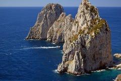 Scénique donnez sur faire face à la formation de roche de Faraglioni à partir de la traînée de Pizzolungo Capri, Italie images stock