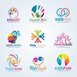 Scénographie colorée de vecteur de logo d'art d'enfants Image libre de droits