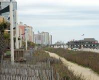 默特尔海滩, SC,美国4/28/2013 :旅馆和海滩 免版税库存图片