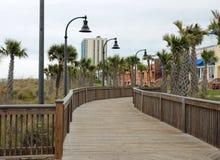 默特尔海滩, SC,美国4/28/2013 :海滩前的木板走道 库存照片
