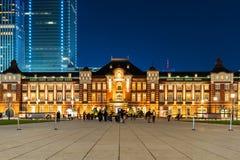Sc?ne de nuit de station de Tokyo au district des affaires de Marunouchi photographie stock libre de droits