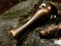 Sc?ne van Keltische decoratie met vaas, hout op rots royalty-vrije stock afbeelding