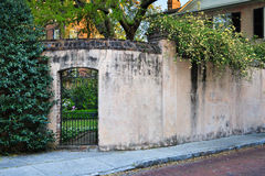 SC residencial de Charleston de la forma de vida de la pared del patio del jardín Foto de archivo libre de regalías