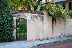 SC residencial de Charleston do estilo de vida da parede do pátio do jardim Foto de Stock Royalty Free