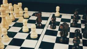 Scacchi bianchi e neri sul giocare della scacchiera stock footage