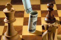 Scacchi con i dollari e gli euro Immagini Stock