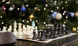 Scacchi contro un albero di Natale fotografia stock