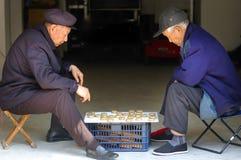 Scacchi del cinese del gioco dell'uomo anziano Fotografie Stock Libere da Diritti