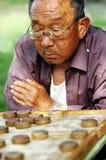Scacchi del cinese del gioco dell'uomo anziano Immagine Stock Libera da Diritti