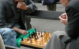 Scacchi del gioco di due uomini Fotografia Stock