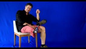 Scacchi dell'uomo di shorts che mostrano alla sua protesi vita felice archivi video