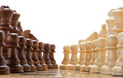 Scacchi di legno sulla scacchiera Immagini Stock