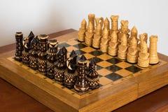 Scacchi di legno sulla scacchiera Fotografie Stock