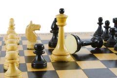 Scacchi. gioco sopra. isolato su priorità bassa bianca Fotografia Stock Libera da Diritti