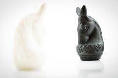 Scacchi neri del cavallo bianco del fronte di scacchi del cavallo su backgroud bianco Fotografia Stock Libera da Diritti