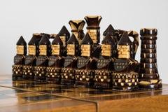 Scacchi neri di legno sulla scacchiera Fotografia Stock Libera da Diritti