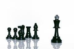 Scacchi neri su fondo bianco Capo e concetto di lavoro di squadra per successo Immagini Stock