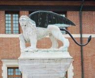 Scacchi quadra la statua del leone in Marostica, Italia Immagine Stock