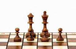 Scacchi - quattro pegni proteggono re e la regina fotografia stock libera da diritti