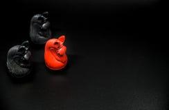 Scacchi rossi di Thai del cavaliere e scacchi di Thai del cavaliere nero su fondo nero con il fuoco selettivo Fotografie Stock