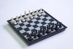 Scacchi su fondo bianco Foto di scacchi del gioco della Tabella Figure posizione di scacchi per l'inizio del gioco Fotografia Stock Libera da Diritti