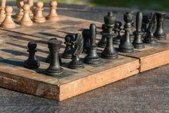 Scacchiera di legno antica su una tavola di legno all'aperto, attività strategica all'aperto Fotografia Stock Libera da Diritti