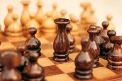 Scacchiera di legno con re In Focus immagine stock libera da diritti