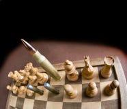 Scacchiera e pallottole Fotografia Stock Libera da Diritti