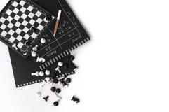 Scacchiera magnetica e scacchi immagine stock