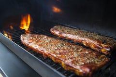 Scaffale affumicato delle costole di carne di maiale Fotografie Stock