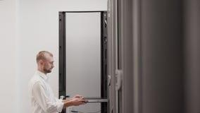 Scaffale aperto del server dell'ingegnere dell'IT per il movimento lento del centro dati di sostegno stock footage