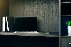 Scaffale in bianco del computer portatile Fotografia Stock