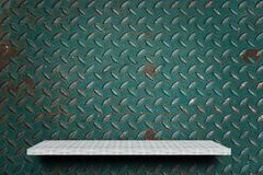 Scaffale bianco sul fondo verde del metallo per l'esposizione del prodotto fotografia stock libera da diritti